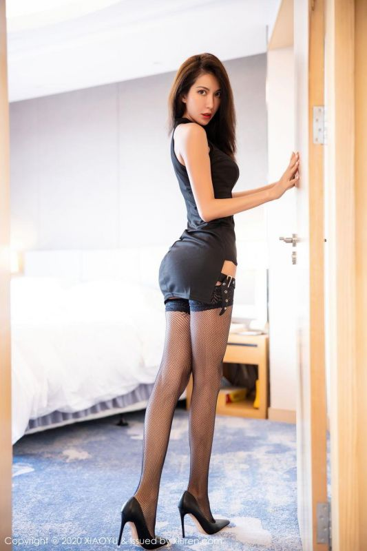 靓丽美模长腿黑色渔网袜极具诱惑