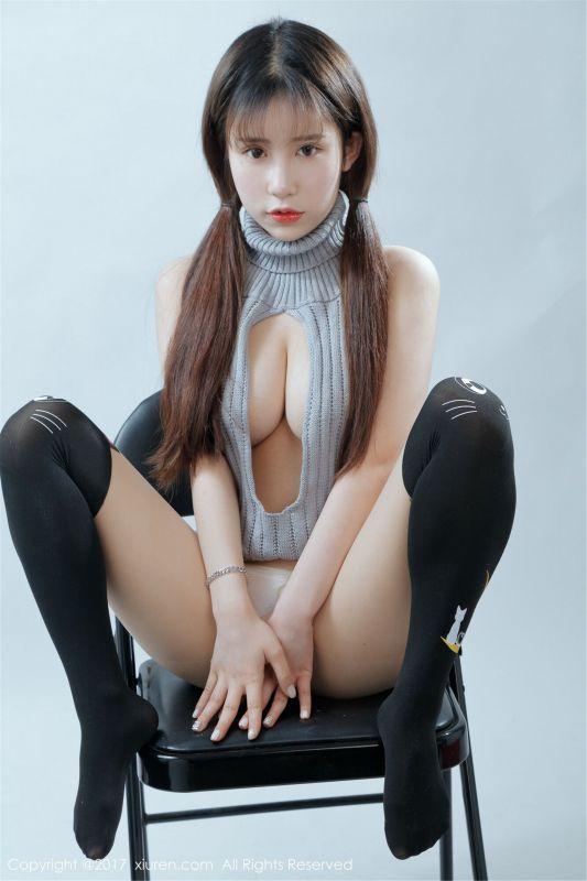 萝莉悠悠酱开背毛衣与黑色丝袜