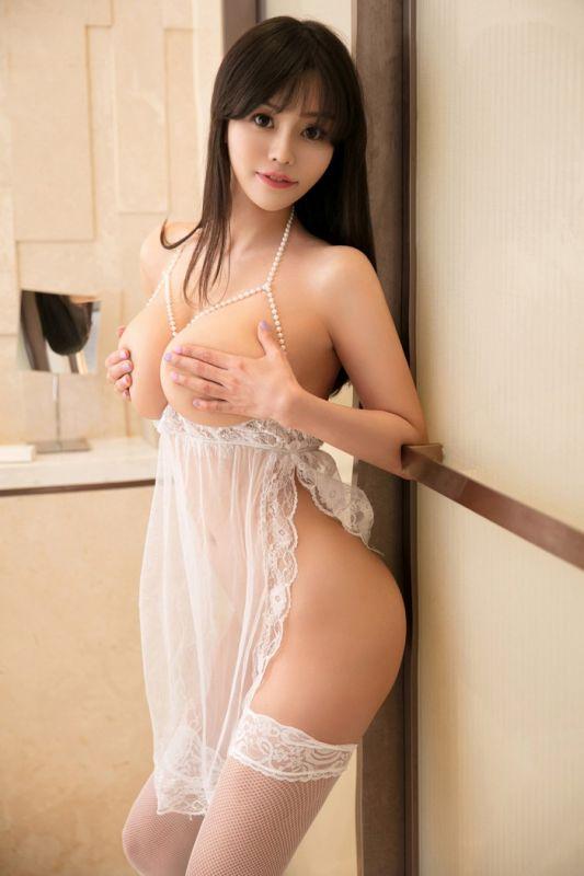 曼妙透视薄纱情趣内衣和蕾丝渔网袜袜美女