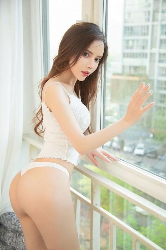 嫩模艾小青私房床照镂空肉丝透视装