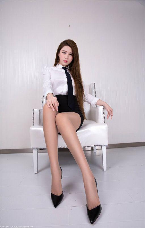 OL女郎若兮大尺度办公室内的极品美腿丝袜写真