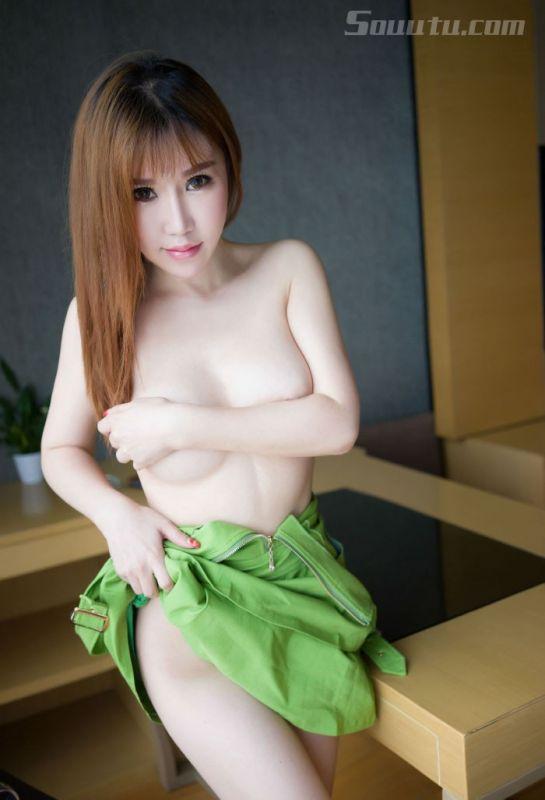 白皙美女韩恩熙紧身性感吊带私房写真