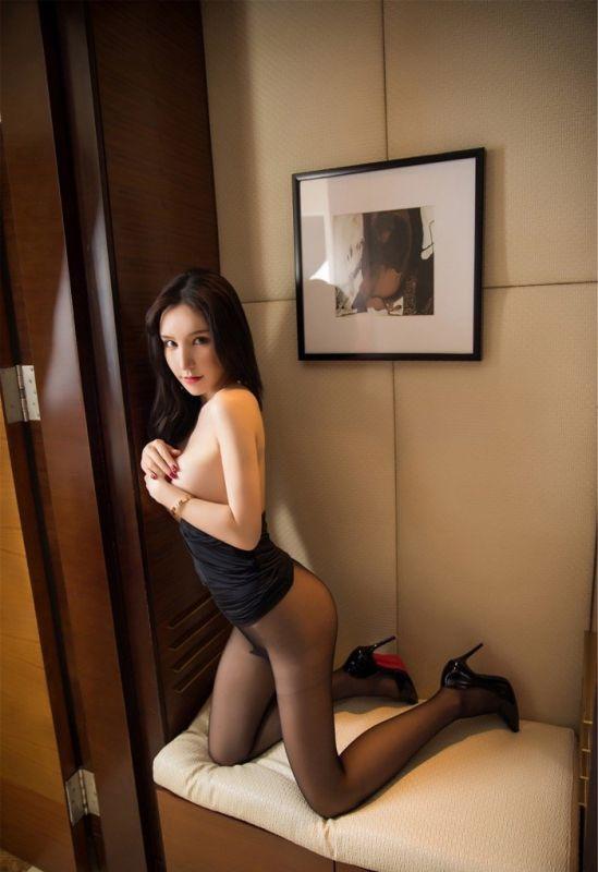 宅男女神周于希黑丝秀美腿 紧身内衣尽显玲珑身段