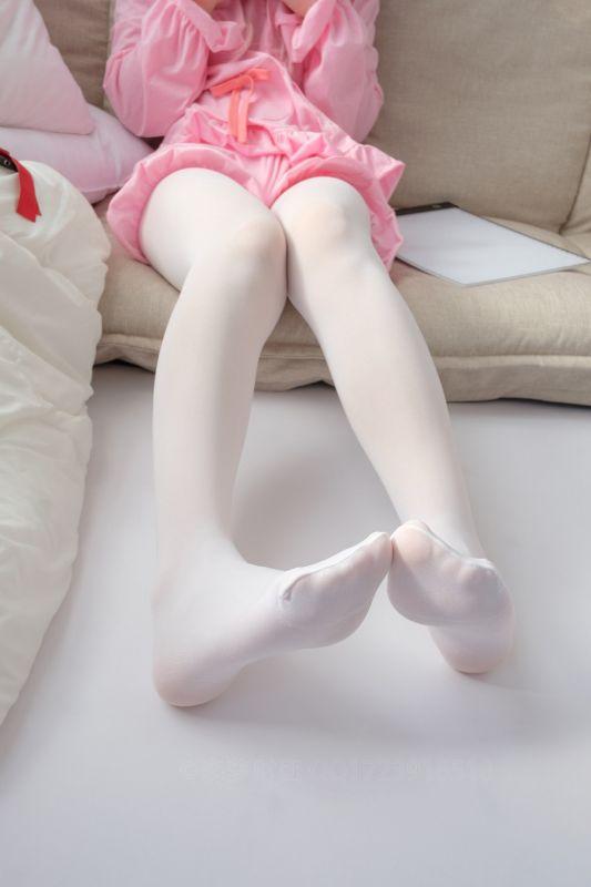 白发小魔女居家粉红套装半脱露白丝裤袜秀翘臀