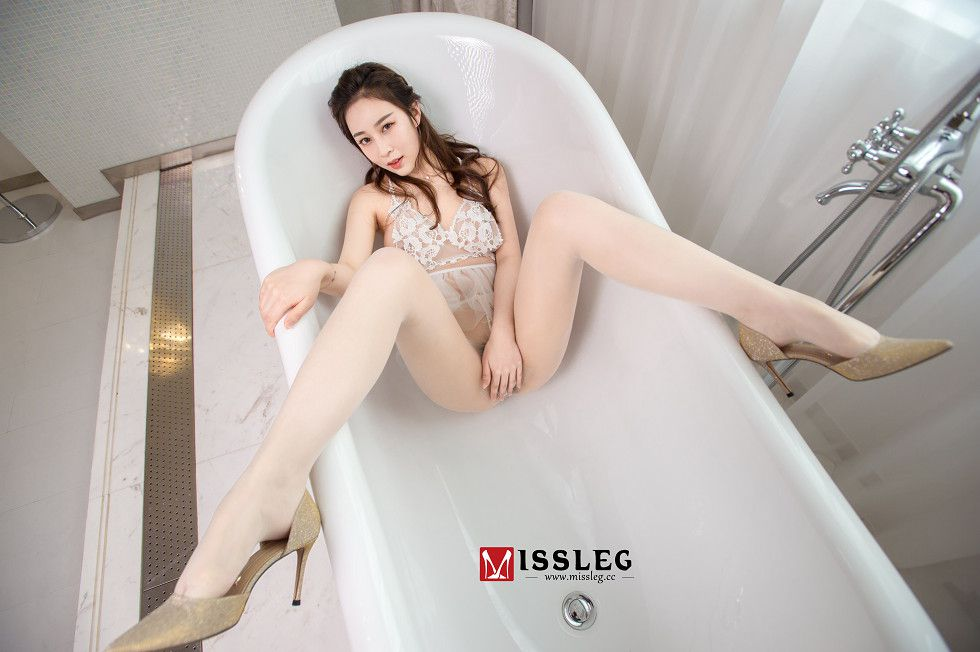 超大胆肉丝长腿美女蕾丝内衣浴室风骚美乳翘臀露毛