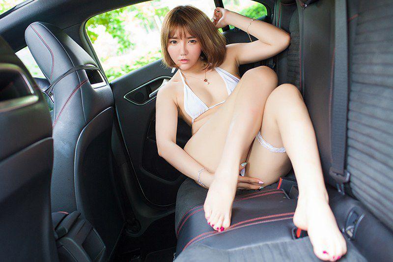 纯情学妹小宝酱豪车内透视白丝袜上演美乳福利