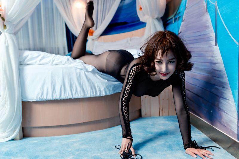 成熟美女安娜金大奶漏点透明丝袜诱惑