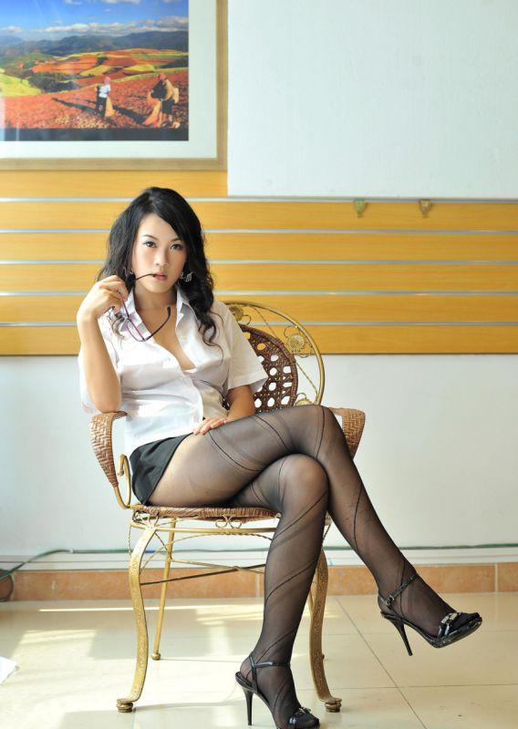 冷豔的表情,完美的身材,黑絲OL裝,要慢慢的脫掉才誘惑人