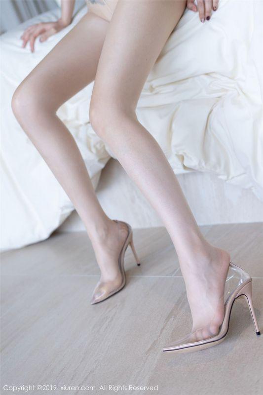 轻薄透视的蕾丝内衣下搭配朦胧丝袜 黄楽然