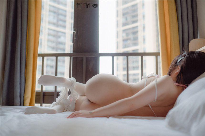 有喵酱床上仅穿白丝胴体玲珑有致
