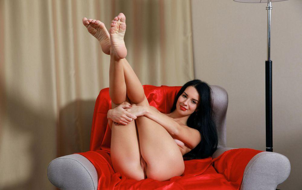 穿着高跟鞋的长腿宝贝卡罗琳娜