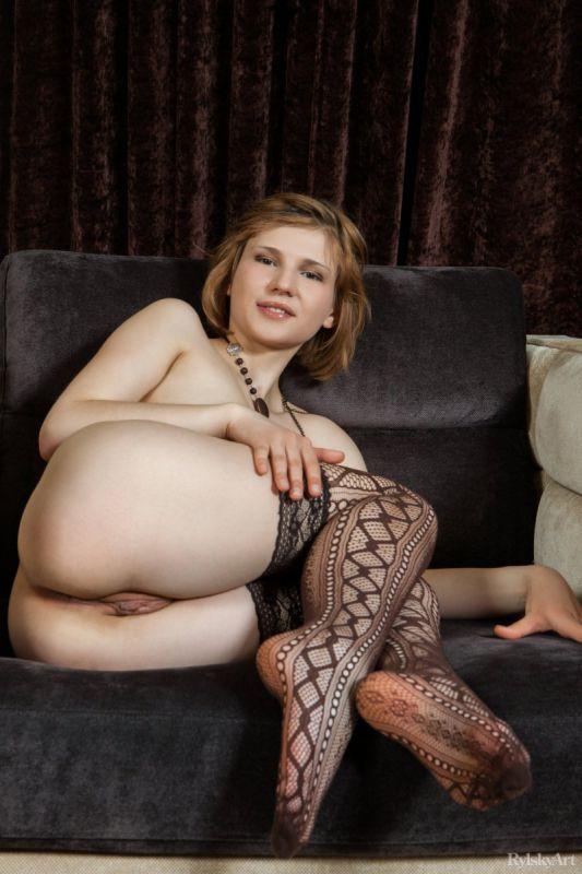 马里亚姆穿着性感的长筒丝袜