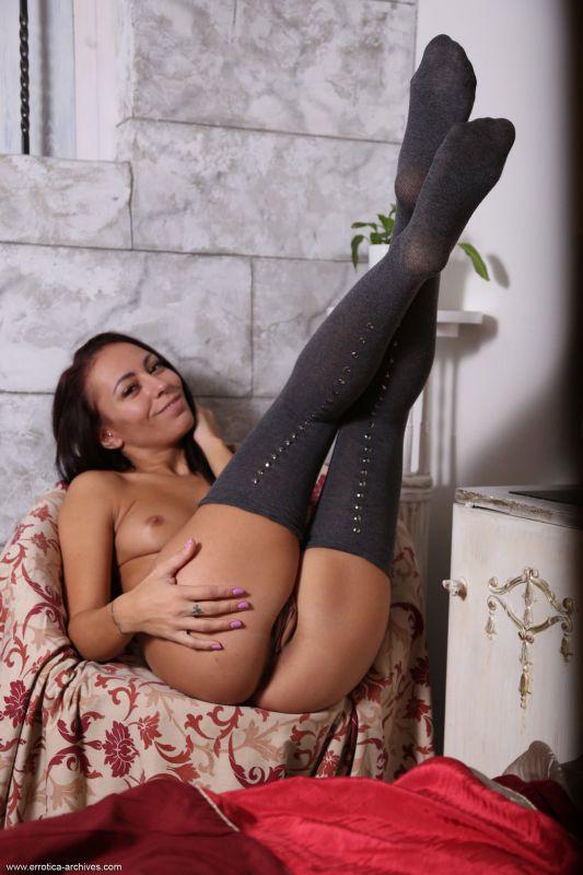 晒黑的辣妹穿着性感的长筒袜