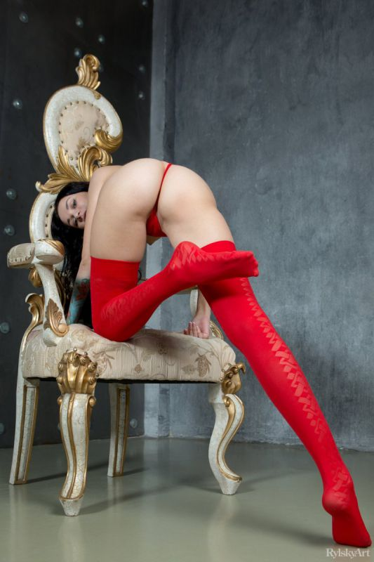 约瑟芬的猩红色丁字裤和长筒袜