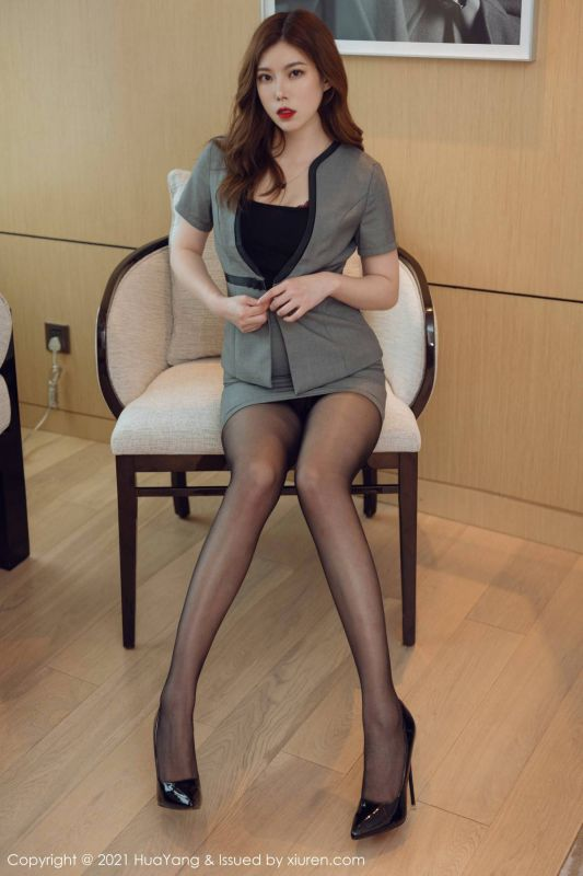 嫩模白茹雪Abby撩裙秀翘臀职场制服诱惑写真露黑丝裤袜