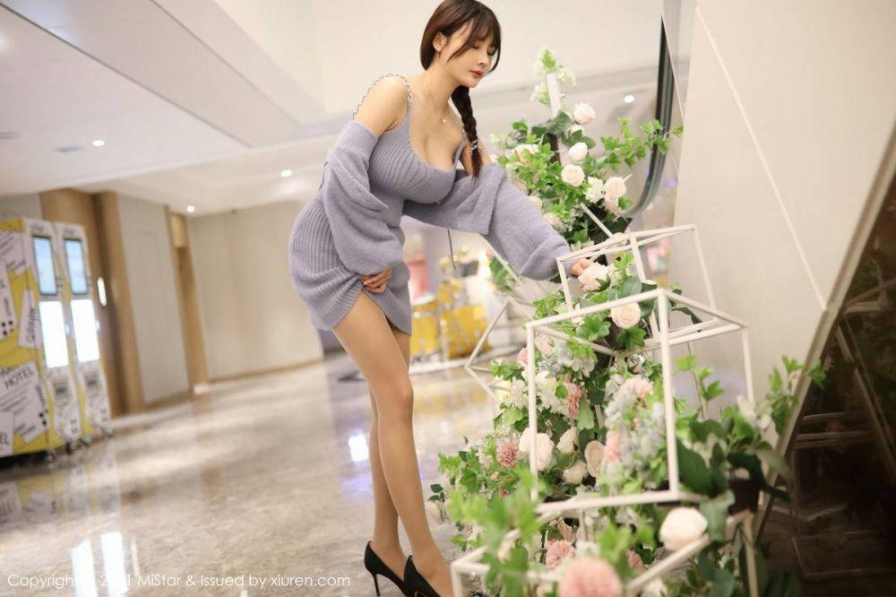 嫩模室外性感毛衣套装超薄肉丝裤袜迷人诱惑