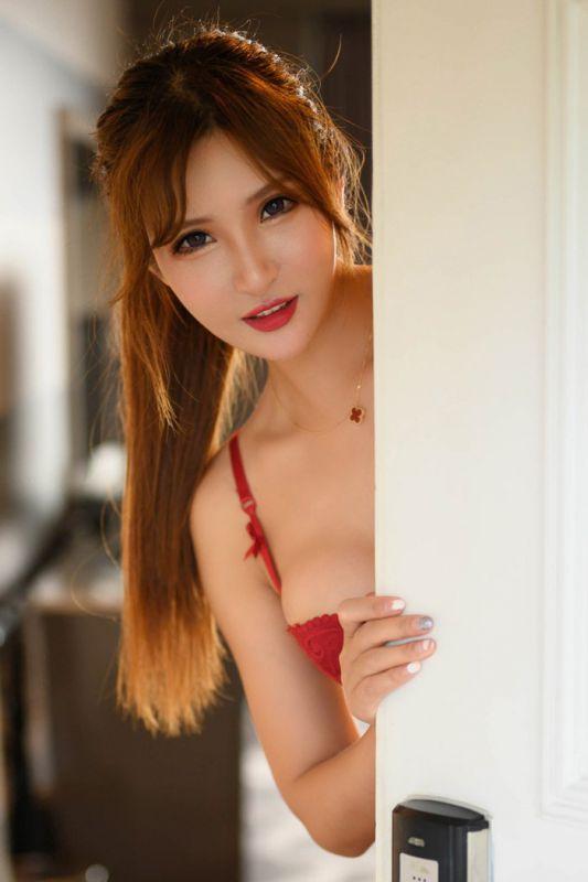 职场女尹菲推门入室上演不一样的风情