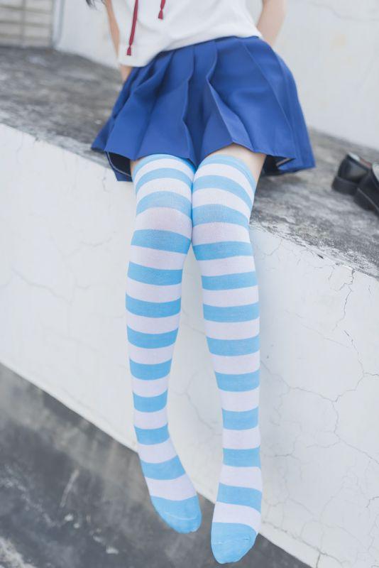 穿蓝白袜袜的女孩