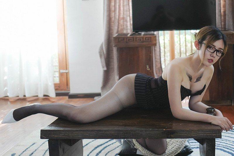 性感秘书卓娅祺黑丝美腿撩拨你心跳
