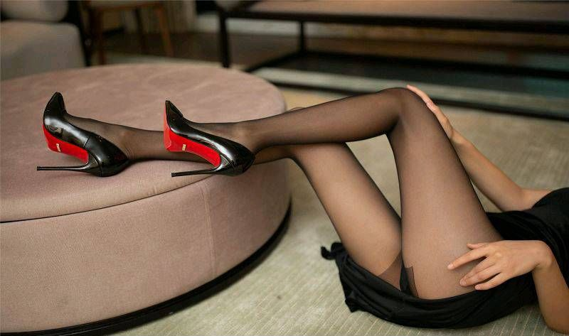 纤细长腿黑丝女人