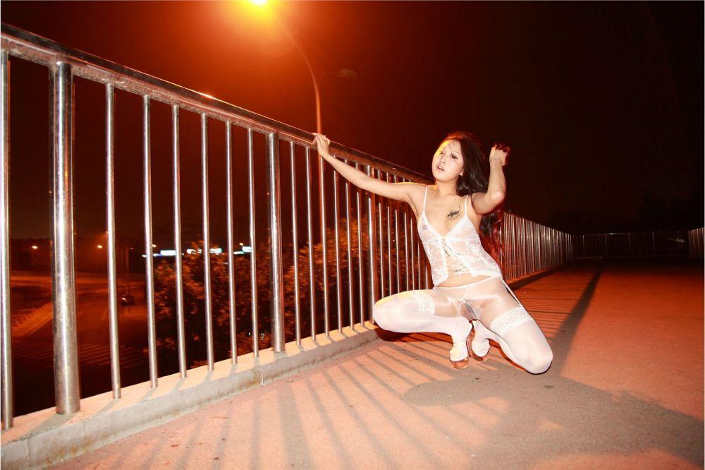 夜景外拍白色连体丝袜