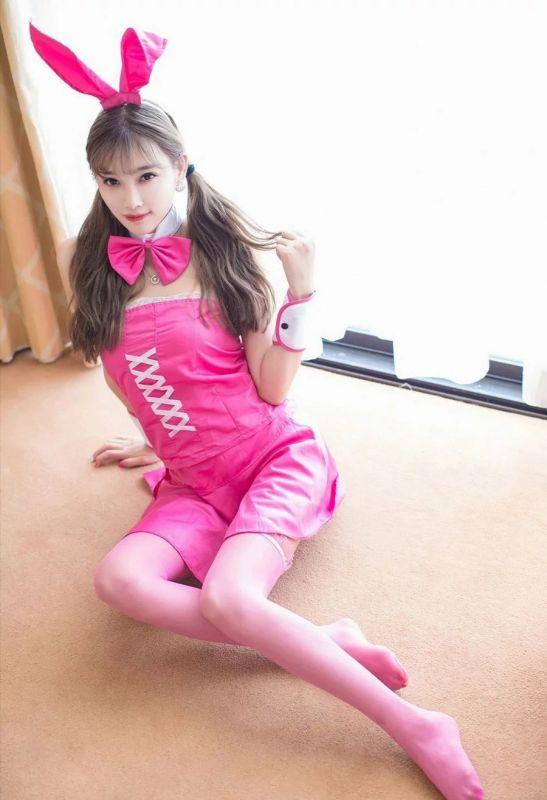 粉红兔女郎杨晨晨丝袜制服丝足诱惑写真