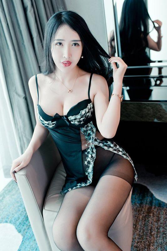 丰满御姐余馨妍黑丝美腿大胸深沟惹火图片