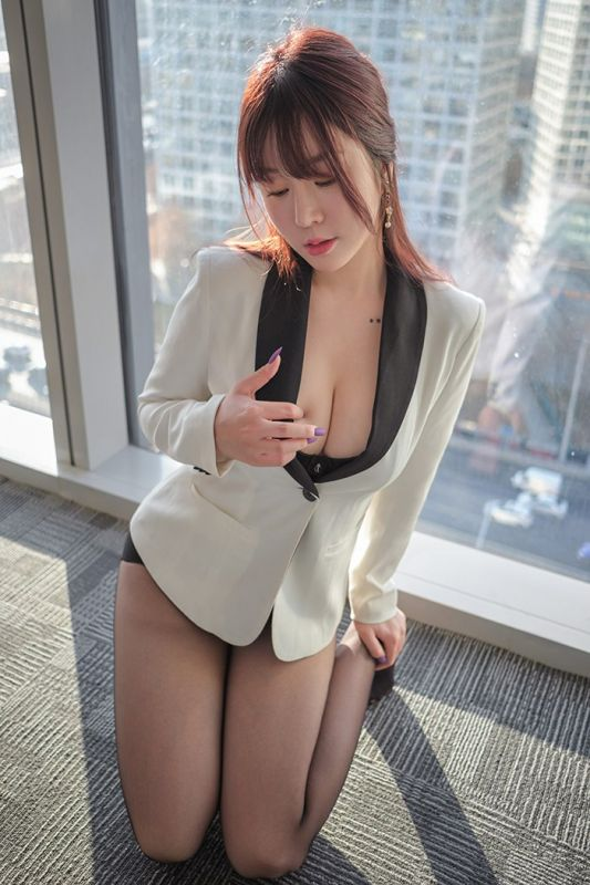 风骚撩人秘书黑丝吊带豪乳深沟