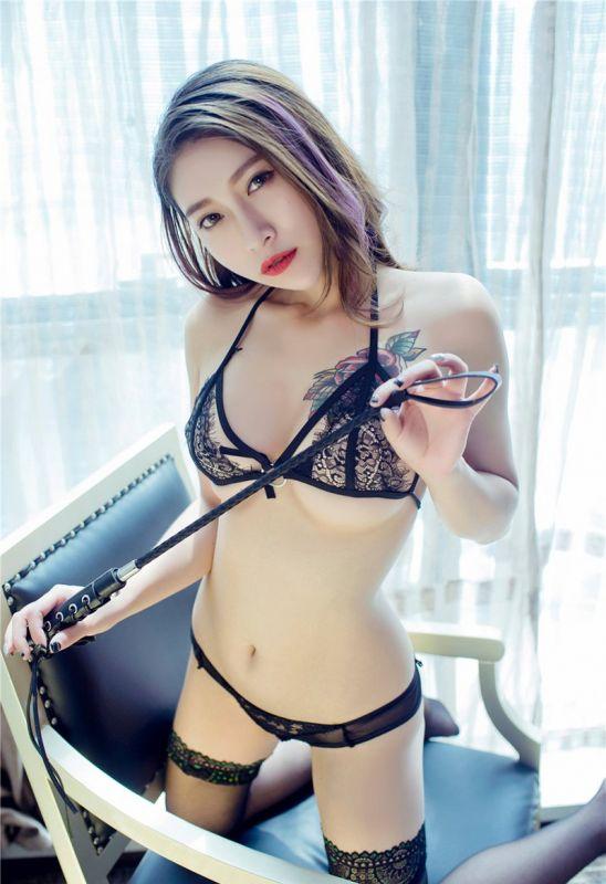 诱惑黑丝情趣美人勾魂小皮鞭调教