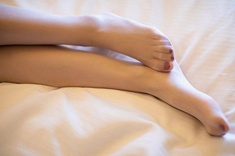 诱惑美人酥胸长腿嫩脚搭配白丝袜