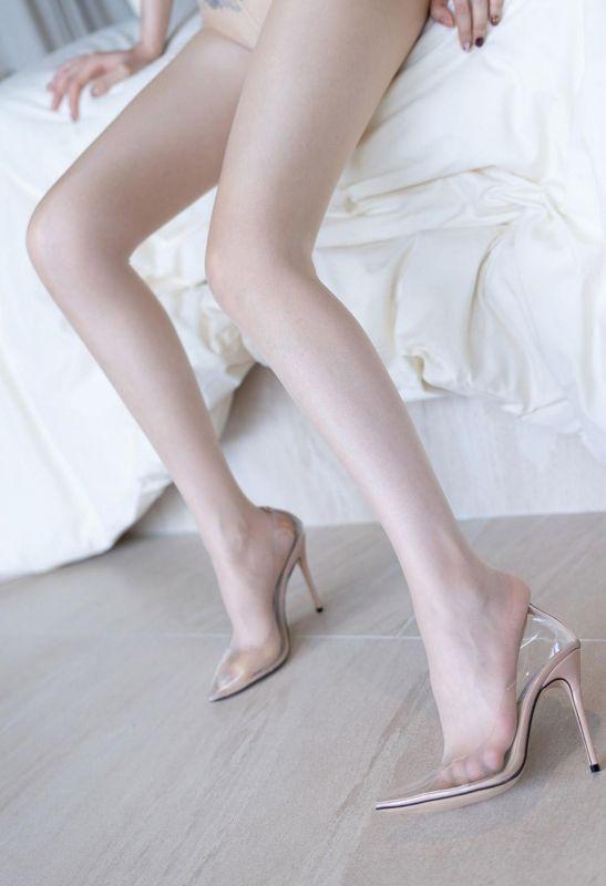 唇印乳贴透明丝袜显露纹身